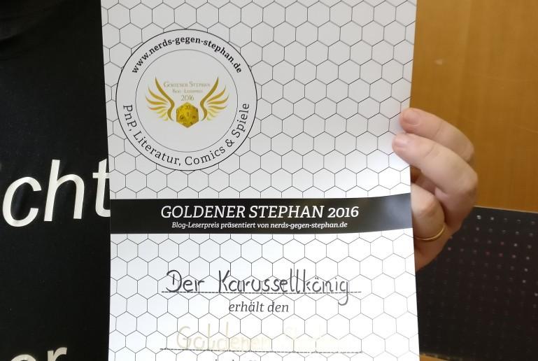 Schon vor einigen Tagen verliehen, wird auf dem DreieichCon 2016 die Urkunde des Preises ausgehändigt.