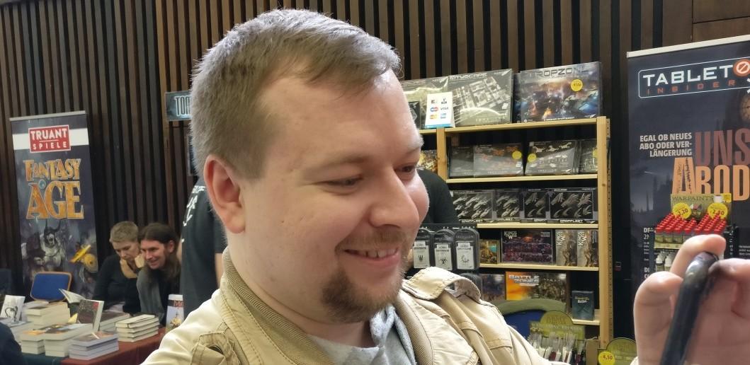 """Philipp Lohmann von """"nerds-gegen-stephan.de"""" hat gut Lachen. Er überbringt die Urkunde - ein Job der stets zu Freunden führt."""