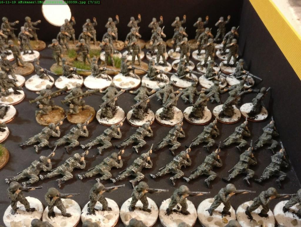 """Die anderen beiden Bataillone mit den Kompanien E, F, G, H, I, J, K und L. Fertig eingekleidete und """"schon ziemlich weit fortgeschrittene"""" Minis sind gemischt aufgestellt."""