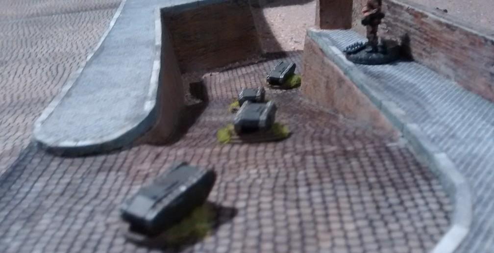 Wie man sieht sind auch bereits erste Truppen des Grenadier-Regiment 736 einsatzbereit. Ein Pioniertrupp lässt die Kampf-Käfer frei laufen. Die Rampe von der Stadt hinunter zum Normandie-Strand  schaffen die kleinen Kerlchen jedenfalls mühelos.