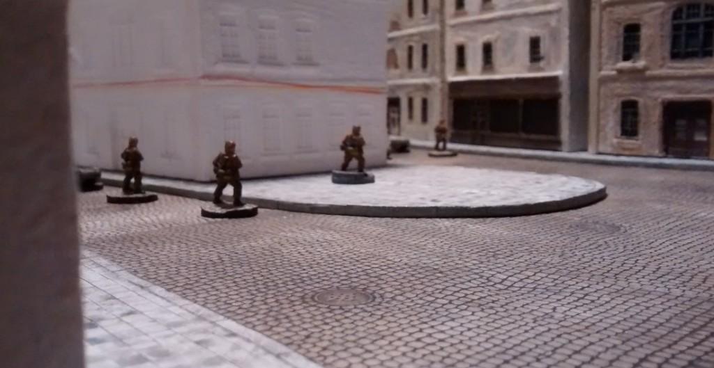Hier der Platz in Großaufnahme. Der MG-Bunker ist wichtig, da er das gegenüberliegende WN27 gegen Infanterieangriffe verteidigt. In den späteren Spielen zeigte es sich, dass der Bunker seinen Aufgaben bei der Invasion der Normandie sehr wohl nachkommen konnte.