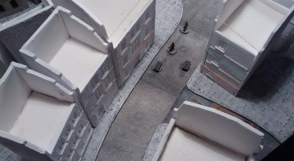 Die Dachstühle der Normandie-Häuser waren noch nicht gefertigt, geschweige denn montiert. Wir waren aber schon ganz froh, dass mit unseren noch käsig weißen Normandie-Häusern schon jetzt das von uns gewünschte Erscheinungsbild der Straßenzüge erreicht wurde.