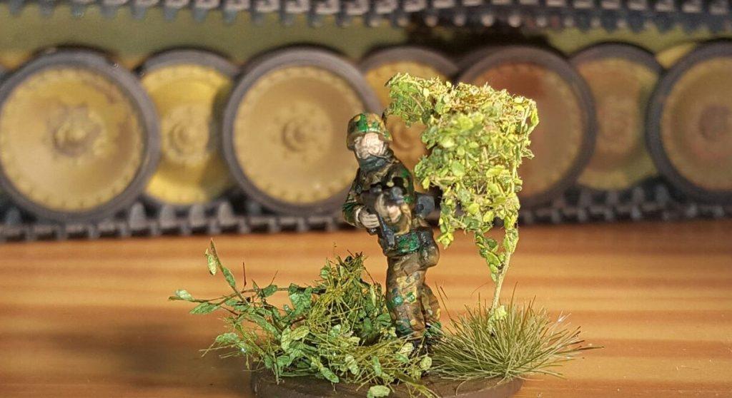 Von Armypainter, NOCH (Modellbahnzubehör) und MiniNatur kommen die Komponenten für die Begrünung der Bases. Die kleinen Blätter lassen das Laub- und Buschwerk sehr realistisch wirken. Oberst Klink hat seine Freude daran.