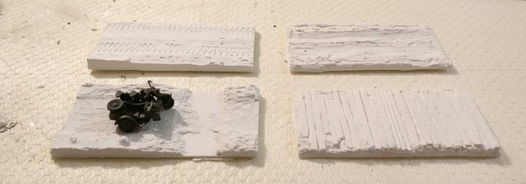Diese vier Bases werden für die Kradschützen vorbereitet. Hier sieht man sie im Weiss des Basismaterials Stewalin. Das Beiwagenkrad stammt aus dem Italeri Set 6121 German Motorcycles.