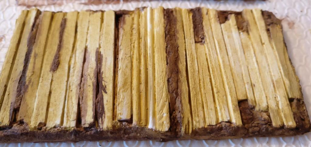 Die Balken und Stämme setzen sich bereits deutlich ab. Die Holzfarbe wird in den folgenden Schritten nochmals verändert werden.