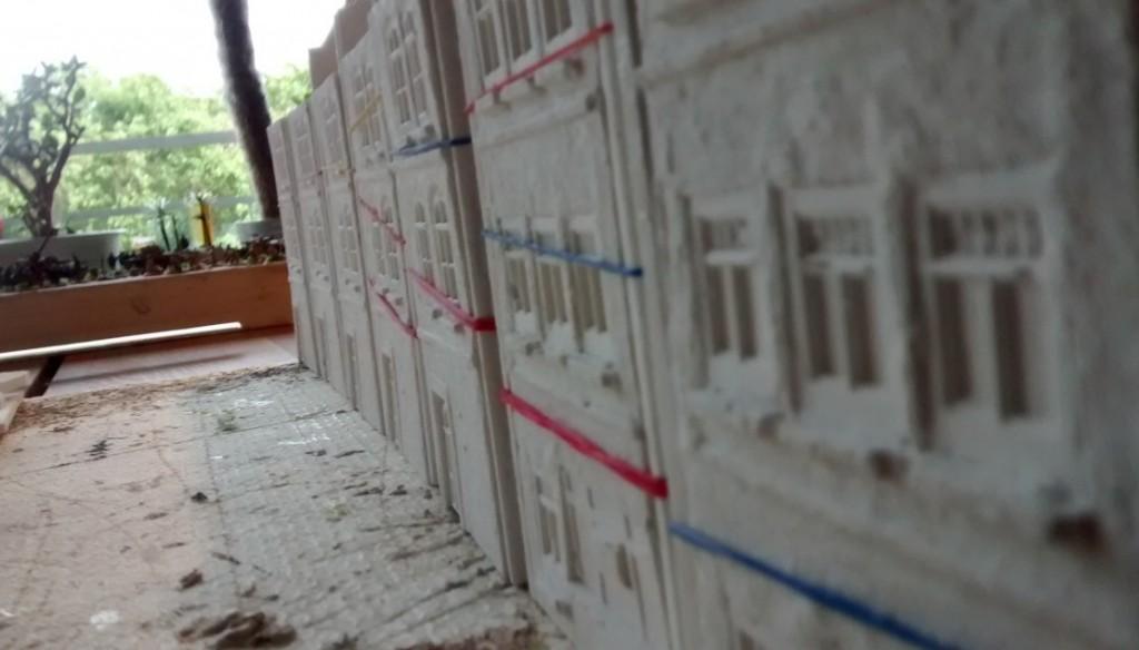 Auch vom Platz her stellte das Projekt neue Anforderungen. Die knapp 50 Häuser der ersten Saint-Aubin-Serie konnten nicht mal eben schnell wie ein Panzer-Bausatz zur Seite gelegt werden. Etwa 2-3 Quadratmeter Fläche waren von den Häusern ( in Teilen oder ganz ) permanent belegt.