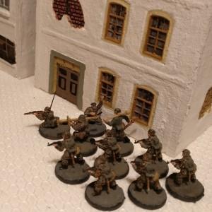 Der deutsche 10er-Trupp hat das Haus eigentlich betreten, steht jedoch auf der Spielplatte vor dem Haus. Das irritiert im Spiel.