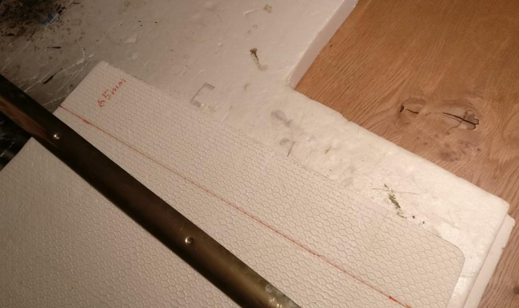 Von der 20mm-Styrodurplatte messe ich einen 65mm breiten Streifen ab und markiere die Schnittlinie rot.