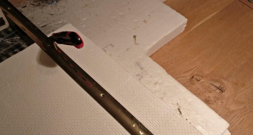 Zum Schneiden des Styrodur-Streifens nehme ich einen preiswerten Teppichschneider aus dem baumarkt her.