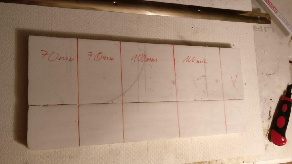 Die benötigten Breiten der Styrodur-Träger trage ich auf die beiden geschnittenen Styrodur-Streifen auf und versuche eine bestmögliche Ausbeute zu erzielen. Je zwei Träger werde ich pro Styrodur-Streifen erhalten. Das macht acht Träger insgesamt. Das passt fürs erste.