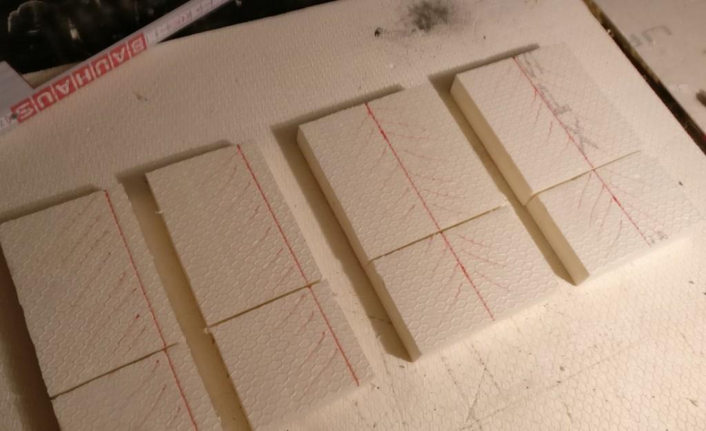 """Die Rohstücke der Styrodur-Träger müssen noch weiterverarbeitet werden. Das Dach soll sich in die Form des Trägers einfügen lassen. Da muss noch was """"schräg weggehobelt"""" werden."""