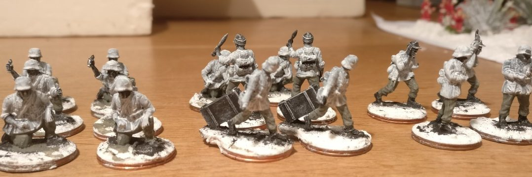 Die Bedienmannschaften der PSC late War German Heavy Weapons tragen nun auch feldgraue Hosen.