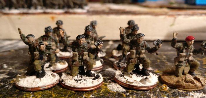 Nach Auftrag der zweiten Farbe des 2nd Pattern kann auch das ganze Gerödel mit der Beige bemalt werden. Dazu zähle neben den Gurten und Koppeln auch die Munitionstaschen und der Rucksack.
