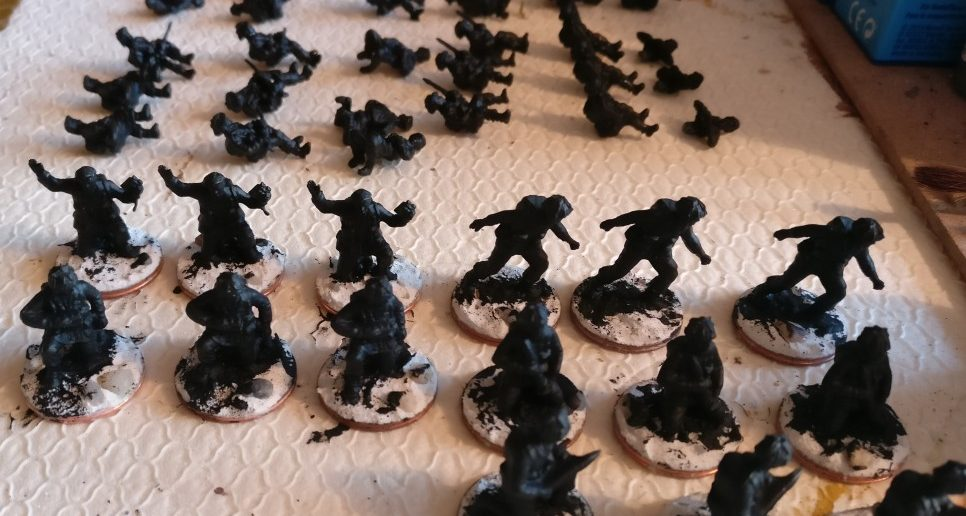Paratroopers und Tank Riders sind soweit sinnvoll gebased und schwarz grundiert. Die Bemalung erfolgt wie bei den bisherigen britischen Fallies: schwarze Grundierung, dann weisses Trockenbürsten, dann Uniformfarbe als Lasur auftragen. Details kommen dann als Volltonfarbe drauf.