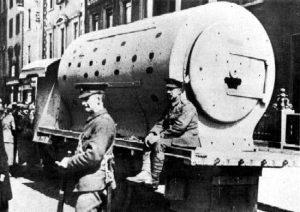 Irland, Osteraufstand 1916: ein schnell konstruierter Panzer aus dem Druckkessel einer Dampflok. Mangels panzerbrechender Waffen der Aufständischen ein Quick-Win für die Herrschenden. Gabs das? Ist es nur ne Fotomontage?