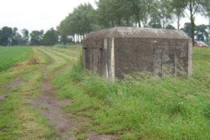 Die niederländische MG-Kasematte S3 Stekelvarken / Spinnekopp vom Lande aus besehen.