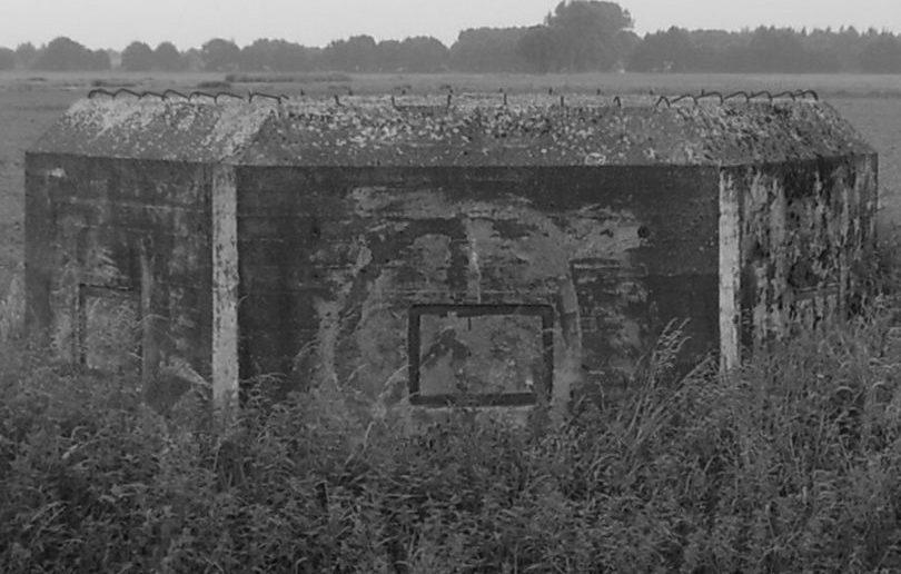 Eine kleine Spielerei. Schwarz-/Weiss-Fotos mögen altmodisch sein, aber zumindest lassen sich so die Konturen und kleinere Details dieser trapezförmigen Bauform etwas besser erkennen.