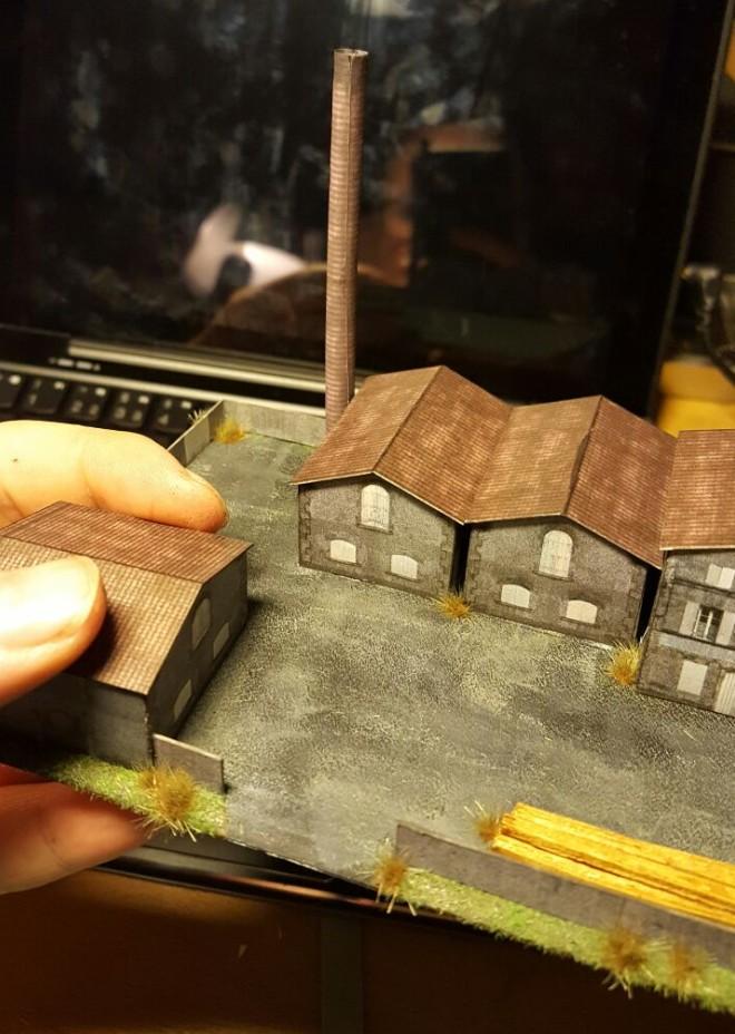 Max' Hand hält hier die gesamte Fabrikanlage im Maßstab 1:285 (6mm)