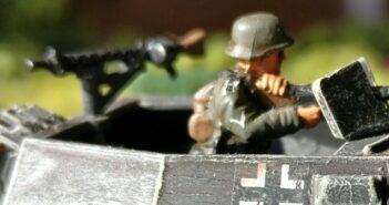 Stabsgefreiter Schuster klar zum Gefecht. Hier im Bild: Gefreiter Jenitschek von der 1. Kompanie.