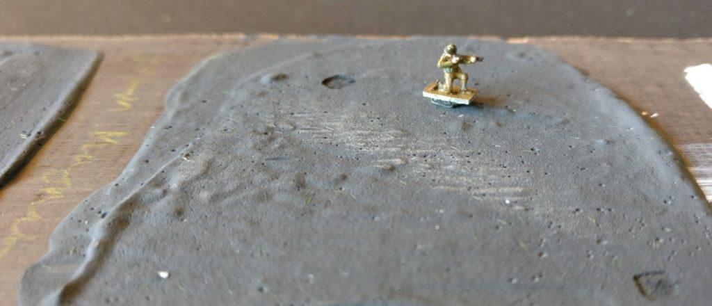 Die Figuren in 1:285 werden von Neodym-Magneten auf der Spielplatte gehalten. Diese hier ist sehr dick  mit Magnetlack eingestrichen.