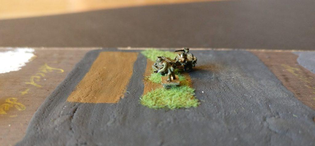 Hier kam oben auf die Schicht Magnetlack bereits braune Grundfarbe, die trockengebürstet wurde. Etwas Gras hat Max auch spendiert. Der GI hat Magnetfüße, der Willys Jeep noch nicht.
