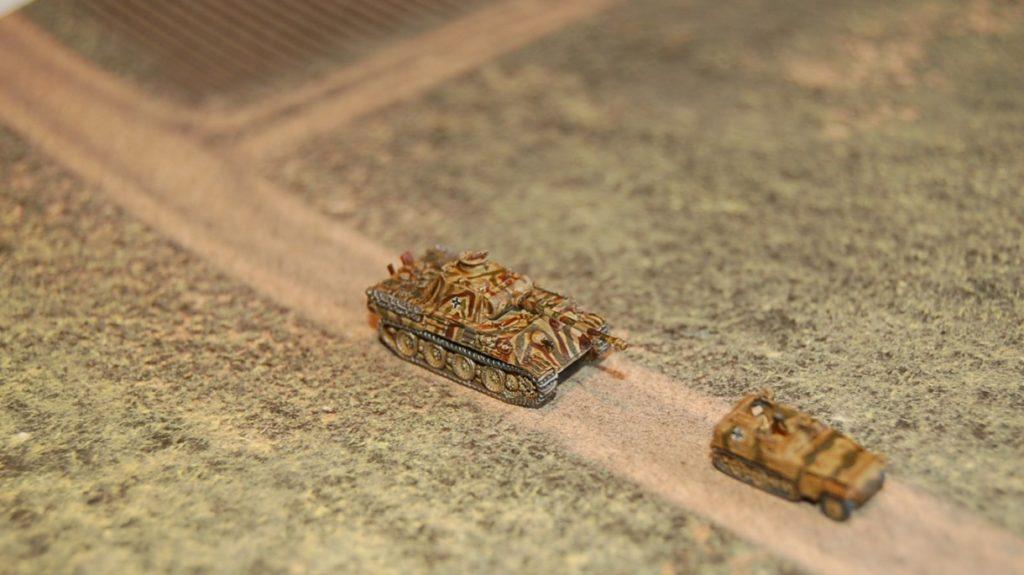 Von der Seite kommt die Spielplatte auf dem Bild noch etwas geschmeidiger rüber... Panther und Sd.Kfz. 250/1.