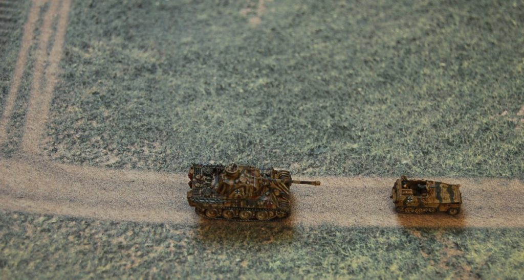 Max hat seine DIN A4 Geländeplatten (Fotodruck auf Karton) mitgebracht.  Die beiden Wehrmächtler flitzen drüber: Panzer V Panther und Sd. Kfz. 250/1.