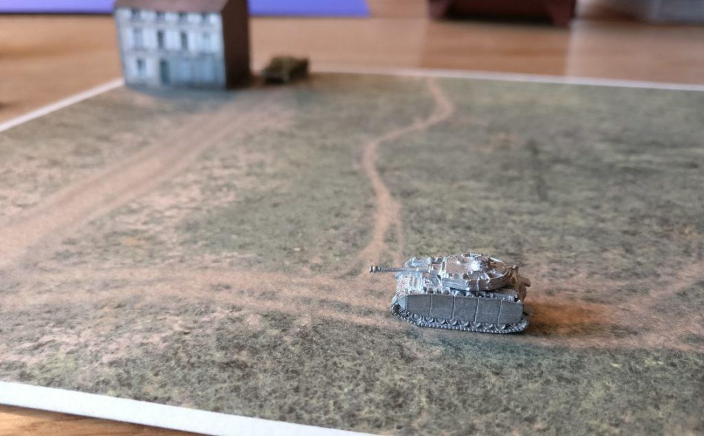 Auf der Geländeplatte im Format DIN A4 mal den deutschen Panzer IV H in Großaufnahme.