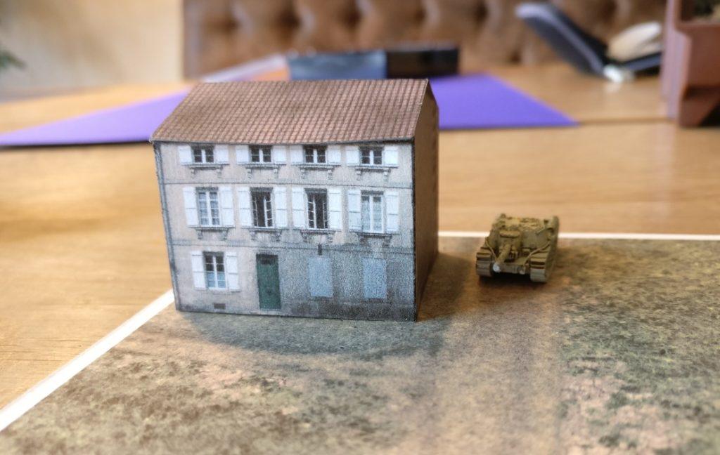Auf der Geländeplatte im Format DIN A4 mal die Russenkiste SU 152 in Großaufnahme hinterm Steinhaus.