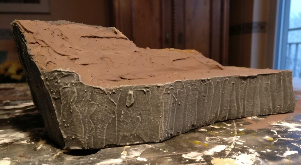 Auch seitlich wird eine Felsstruktur aufgebracht.