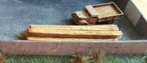 Den klassischen Stahlträger hat Max hier nicht verwendet. Es sind Holzbalken, welche auf dem Fabrikhof lagern. Im Maßstab 1:285 (6mm) bieten sich hier dickere Streichhölzer oder Holzstäbe von cirka 2mm Kantenlänge als Rohmaterial an. Sicher hätte man auch Ölfässer als weiteren Klassiker zusätzlich verbauen können. Es gab da noch viele weitere Ideen bei Max...