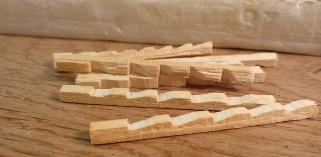 Die Oberfläche des Holzes der Leiter wirkt noch etwas käsig weiß.