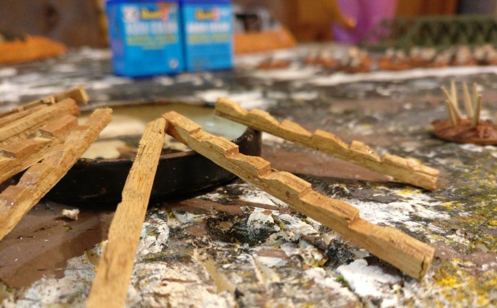 Durch einen Auftrag einer sehr, sehr wässrigen Lasur aus Lederbraun von Revell kommt Struktur auf die Leiter.