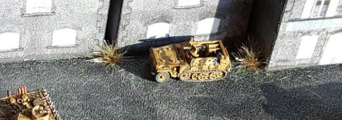 Das Sd.Kfz. 250/1 von GHQ im Maßstab 1:285 (6mm) auf dem Werksgelände.