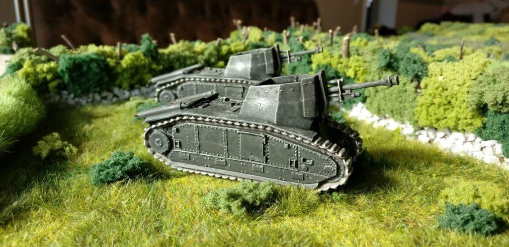 In Feuerstellung: die beiden 105 mm leFH 18/3 auf Gw B-2 740(f) des Artillerie-Regiment 93 der 26. Panzer-Division.