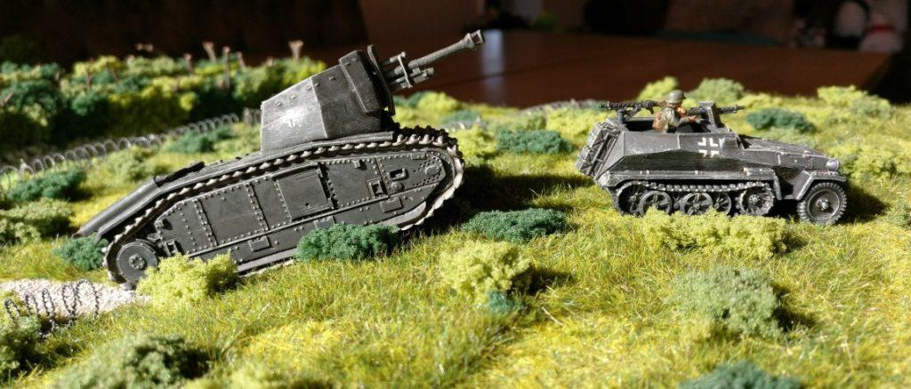 Ein leichter Schützenpanzerwagen Sd.Kfz.250/1 fährt voraus. Es folgt die 4. Batterie des II./Artillerie-Regiment 93.