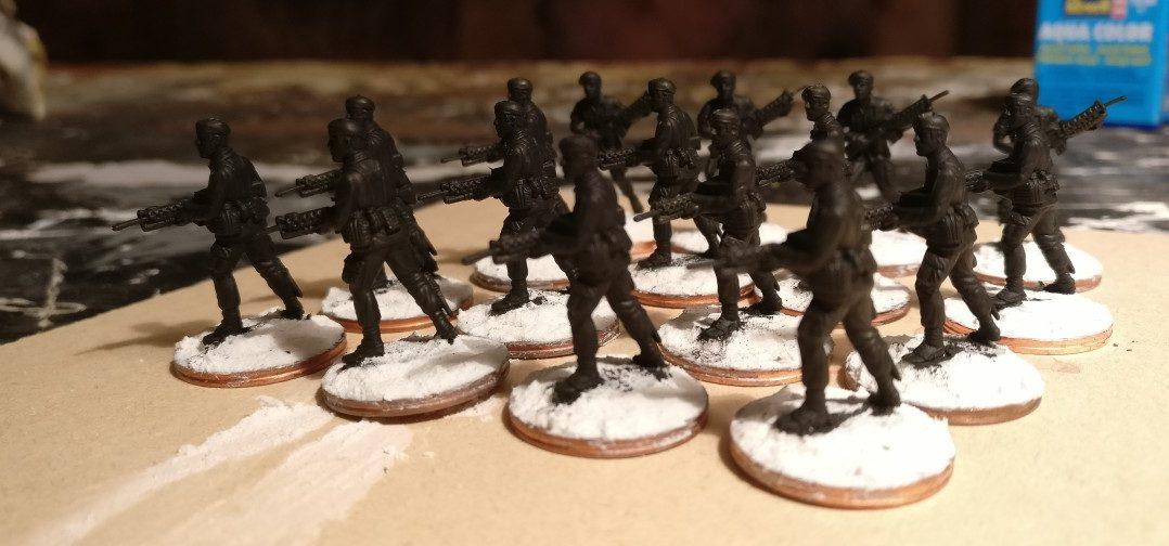 Grundiert sind die Herren des 7th Marine Regiment recht schnell. Dieses Mal habe ich auf eine sehr dünne schwarze Grundierung geachtet.