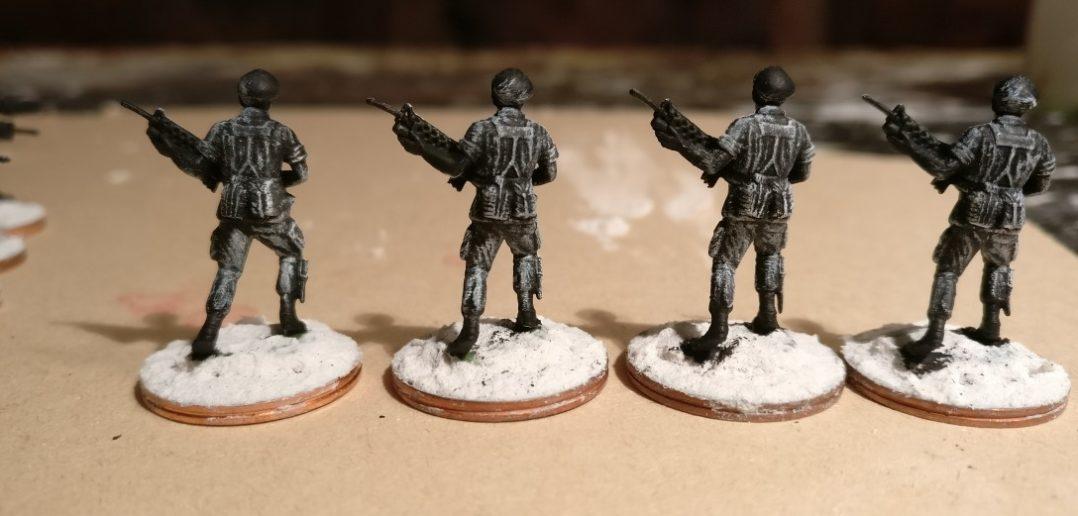 Vier Offiziere des 7th Marine Regiment nach dem weiß Trockenbürsten von hinten.