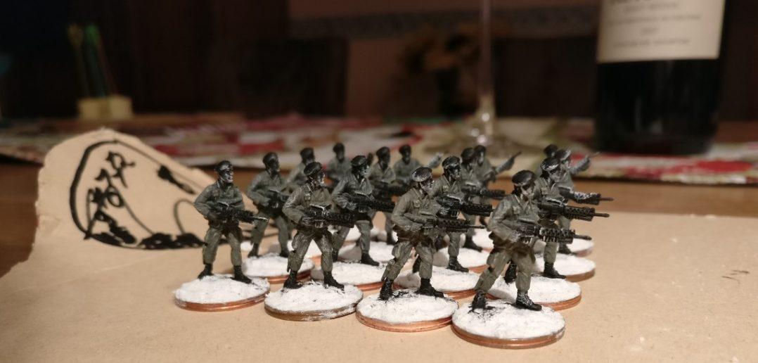 Die sechzehn Offiziere des 7th Marine Regiment nach Auftrag der grünen Uniformfarbe - von vorne.