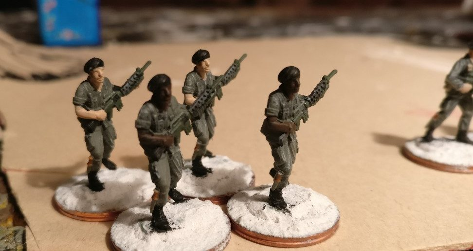 Waffenausgabe: die M16-Karabiner und die Kampfmesser werden bemalt.