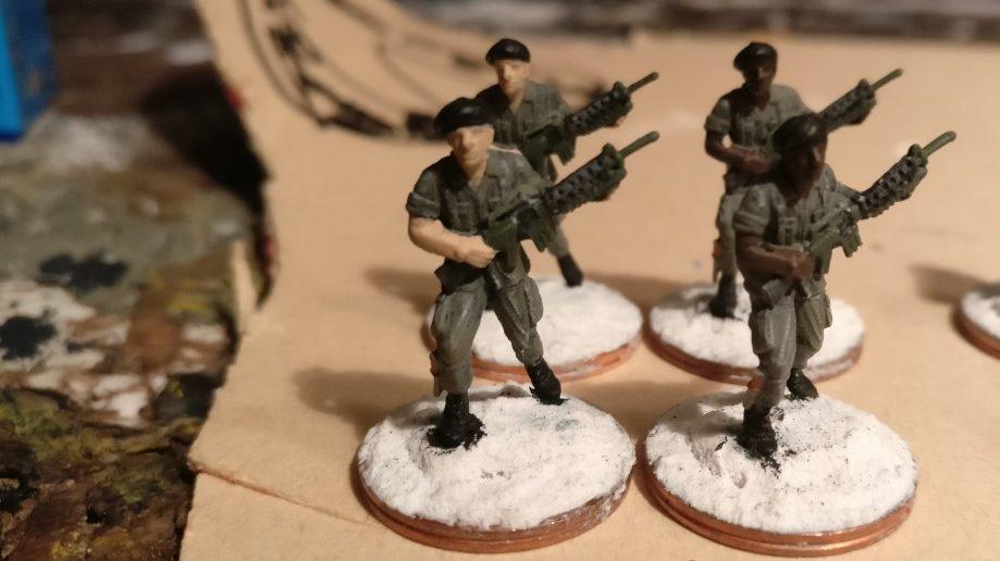 In einem Korrekturbatch werden alle Patzer auf der Uniform erneut mit Grüngrau abgedeckt.