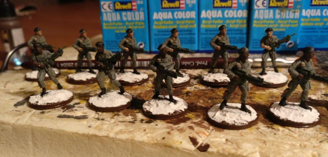 Die Bases werden erst mit dickflüssigerer Farbe umrahmt.