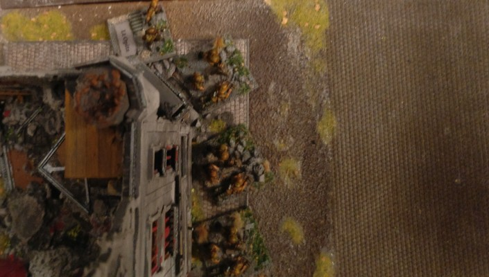 Die Granatwerfer-Trupps von Leutnant Opitz vor der Ruine.