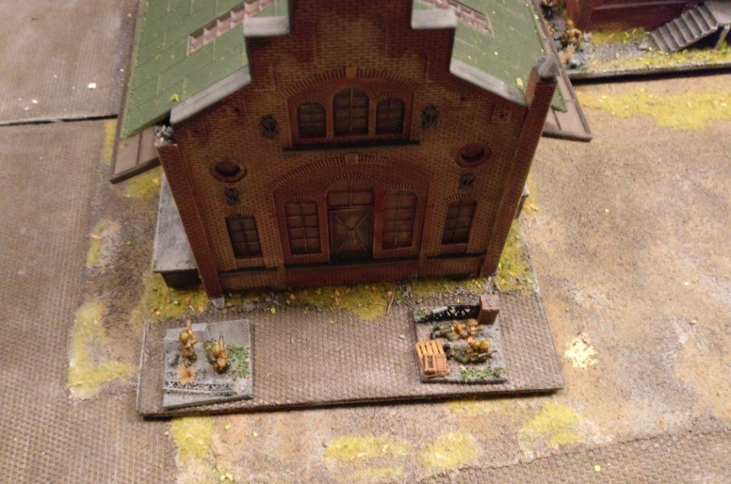 Die beiden unabhängigen Panzerabwehrtrupps im hinteren Bereich des Kesselhauses.