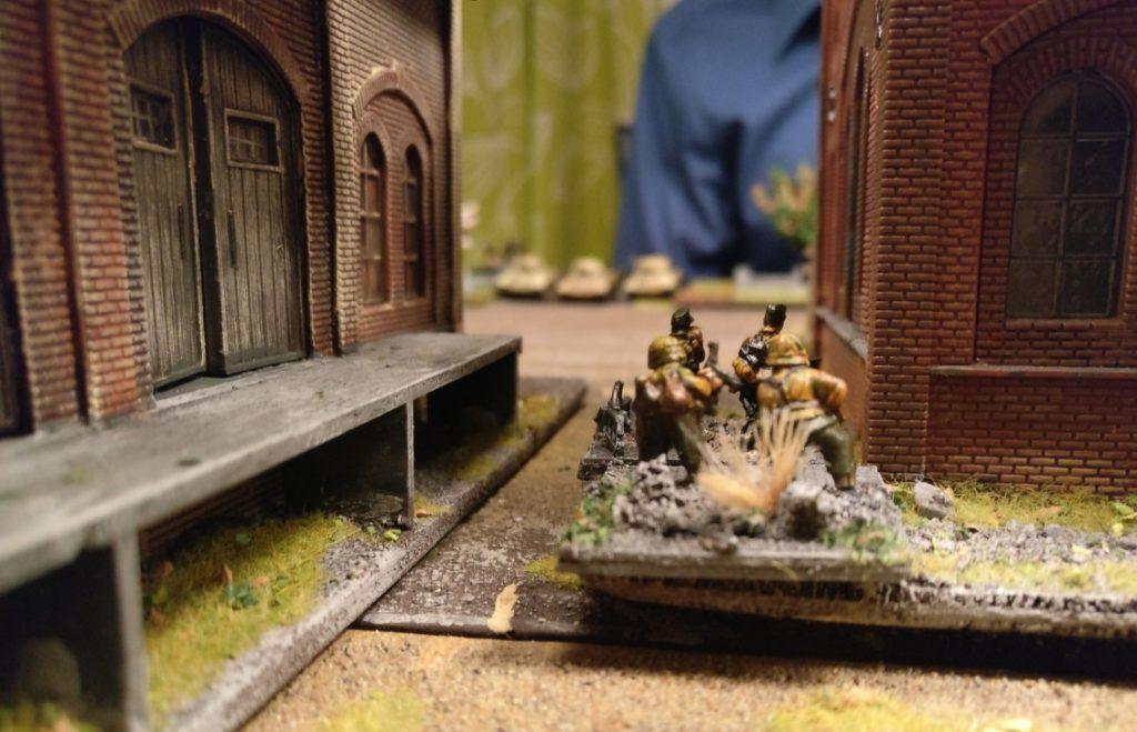 Die Panzerfaustschützen im Heizhaus haben auch Sichtkontakt mit dem Feind aufgenommen.