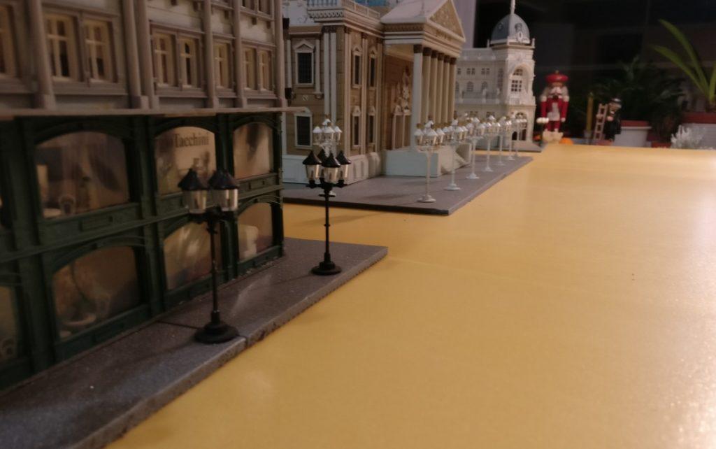 Gusseiserne historische Straßenlaternen säumen die Bürgersteige der Straßen auf der Table-Top-Spielplatte Königsberg.