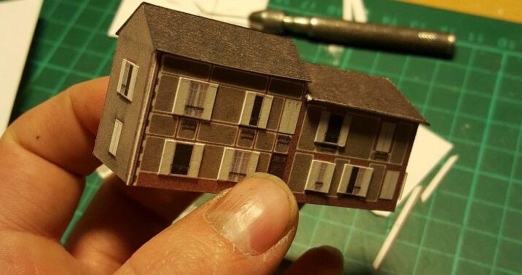 """Die ersten fertigen Kartonmodelle der Gebäude nach der Vorlage """"Cognac house"""" im Maßstab 1:285 (6mm)"""