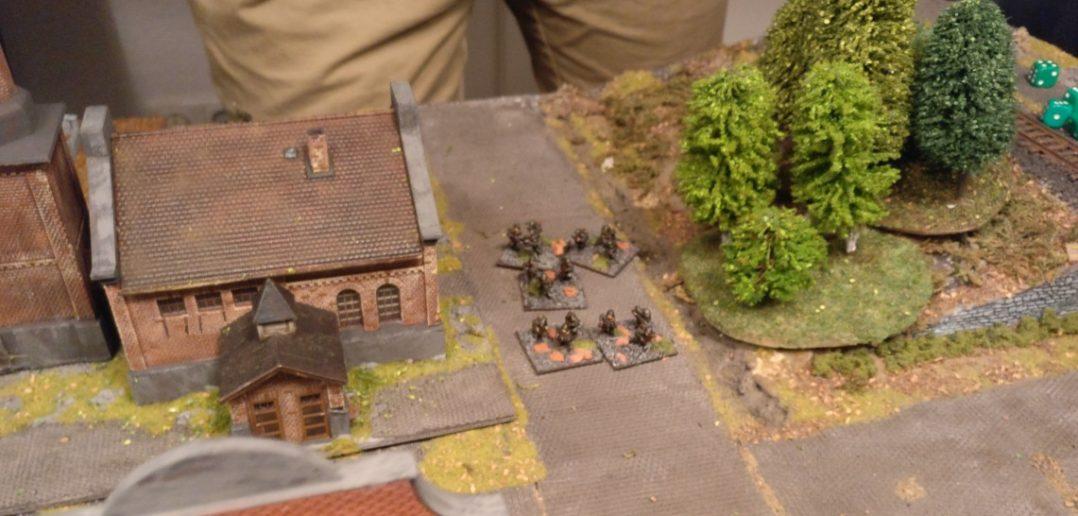 Die Sowjets greifen mit einer Gruppe auf der schwachen deutschen Flanke an. Eine Gruppe musste wegen erwiesenem Würfelpech zurückbleiben.