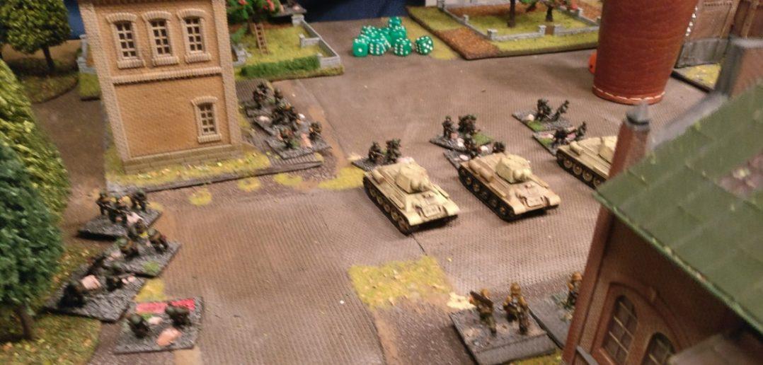 Die drei T-34 und die aufgesessenen Tankrider greifen das Kesselhaus frontal an.