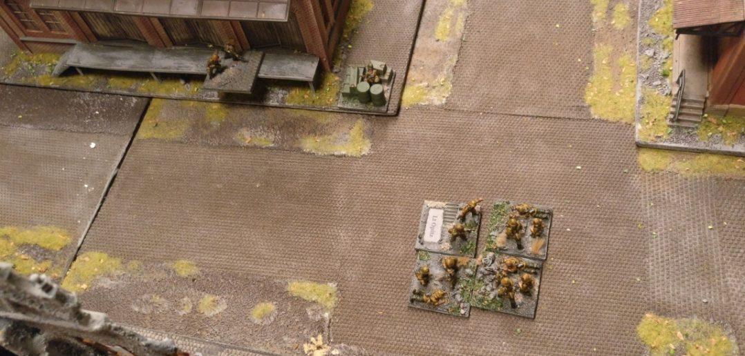 Der Granatwerfertrupp auf der Suche nach bekämpfbaren Zielen.